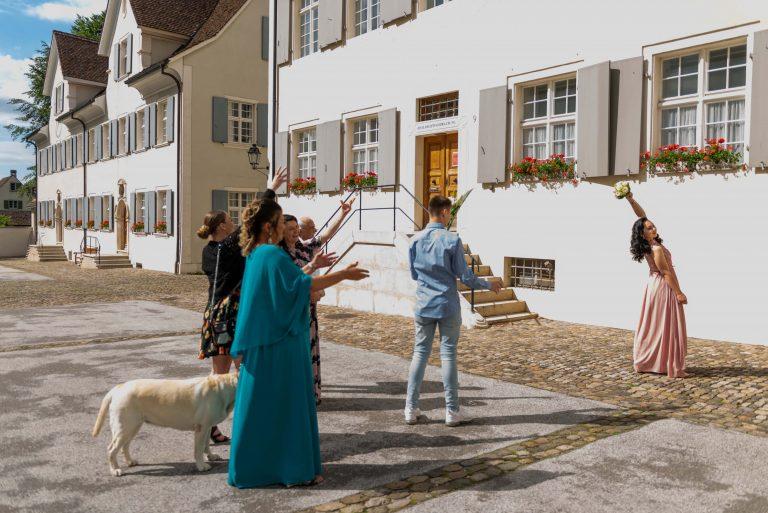 Hochzeit Brautstrauss werfen Standesamt Arlesheim